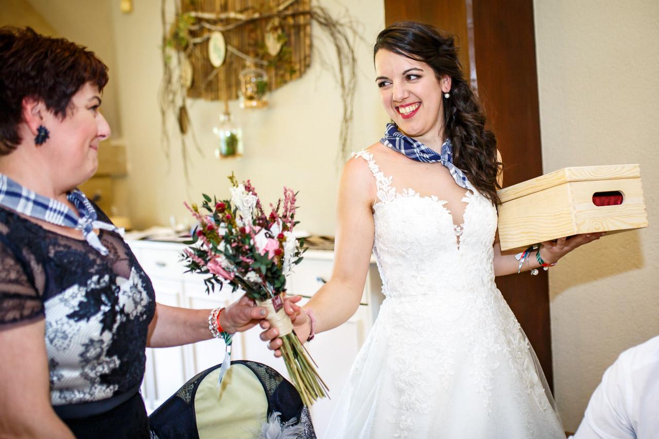 la novia le da el ramo a su madre en una boda en bekoerrota