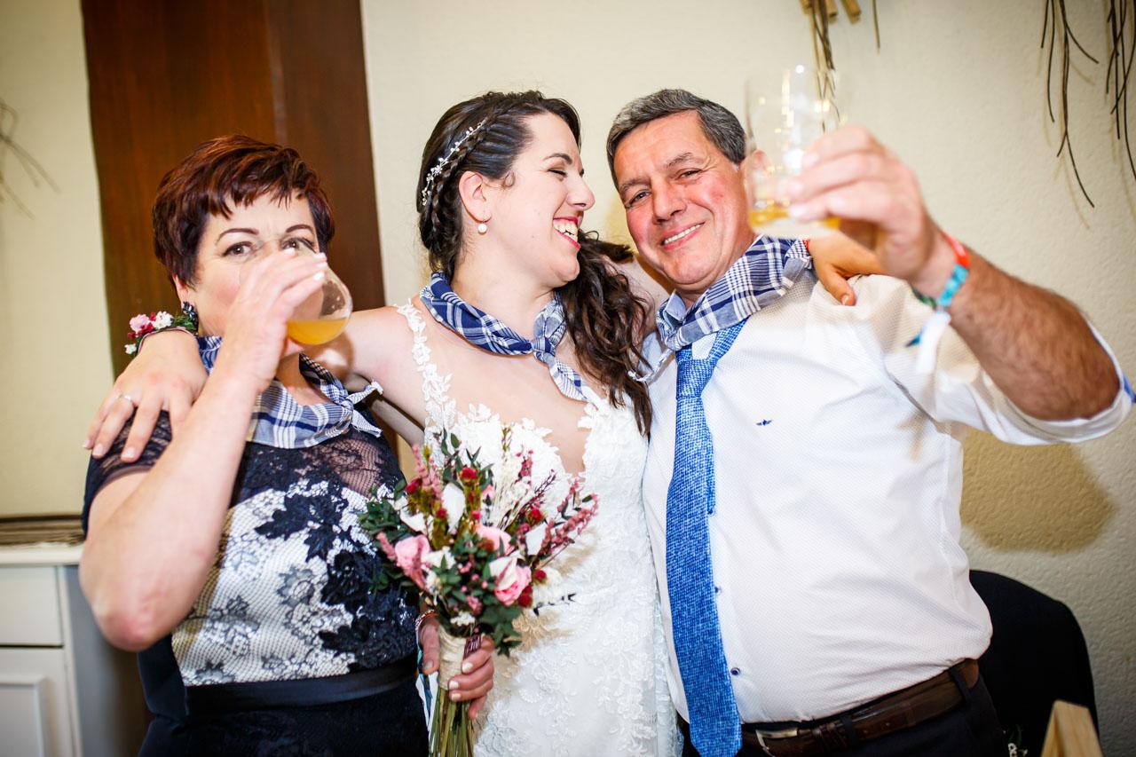 la novia abrazada a sus padres en una boda en bekoerrota