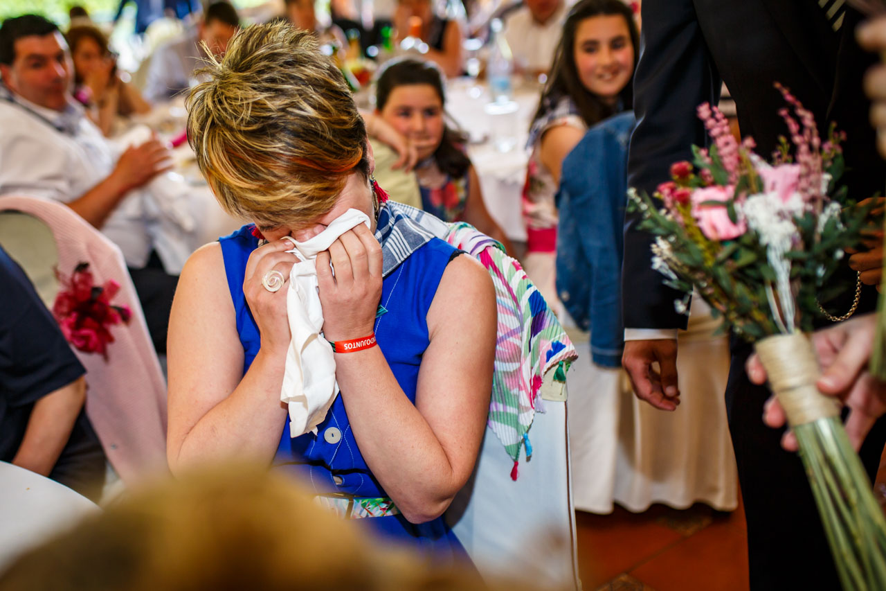 la tía de la novia se pone a llorar cuando ella le regala el ramo en una boda en bekoerrota
