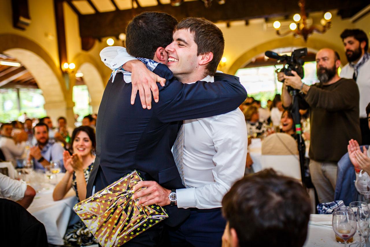 el novio le da un regalo a su hermano en una boda en bekoerrota