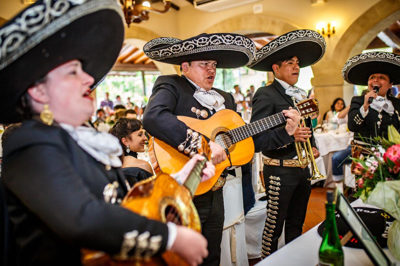 unos mariachis cantando en una boda en bekoerrota