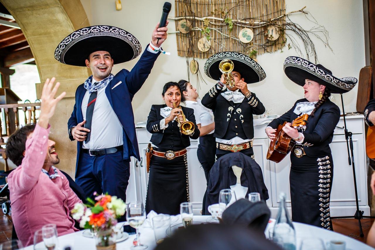 un invitado cantando con los mariachis en una boda en bekoerrota