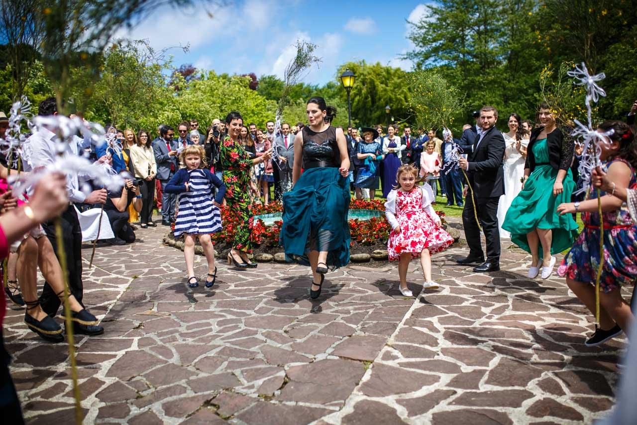 las hermanas de la novia bailando en una boda en bekoerrota
