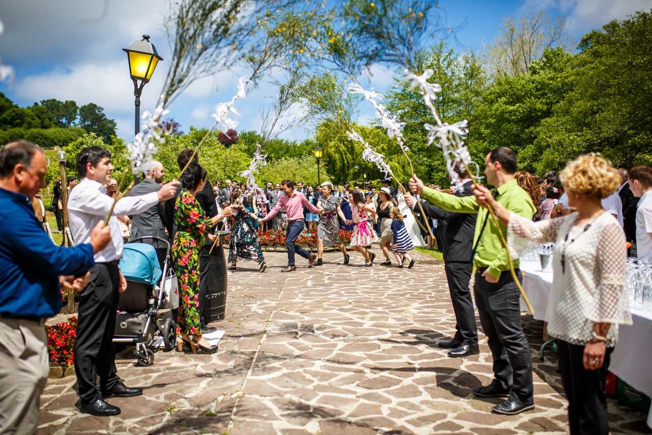 la familia de la novia sorprenden a los novios con un baile en una boda en bekoerrota