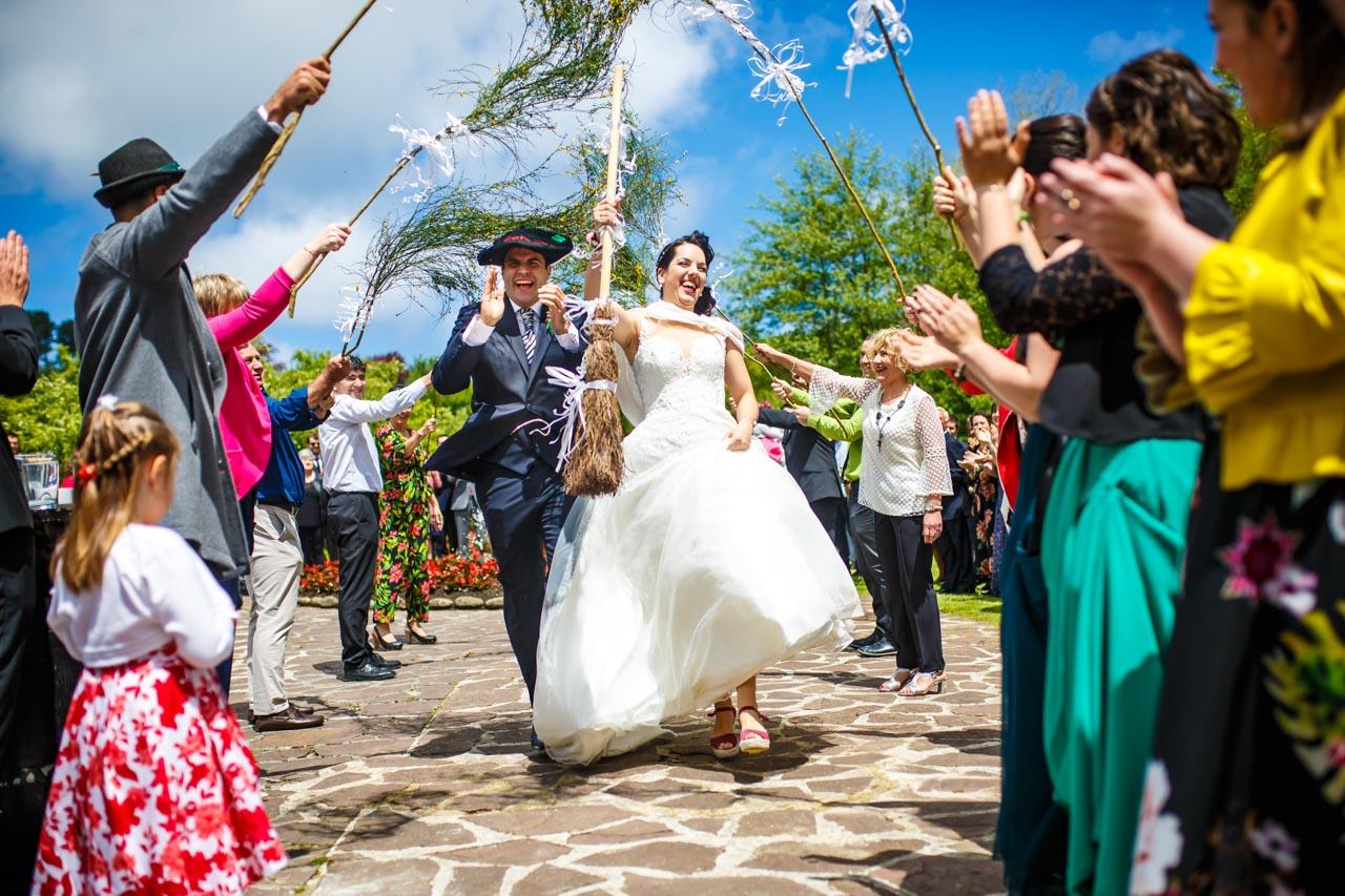 los novios bailando con la familia de la novia en una boda en bekoerrota