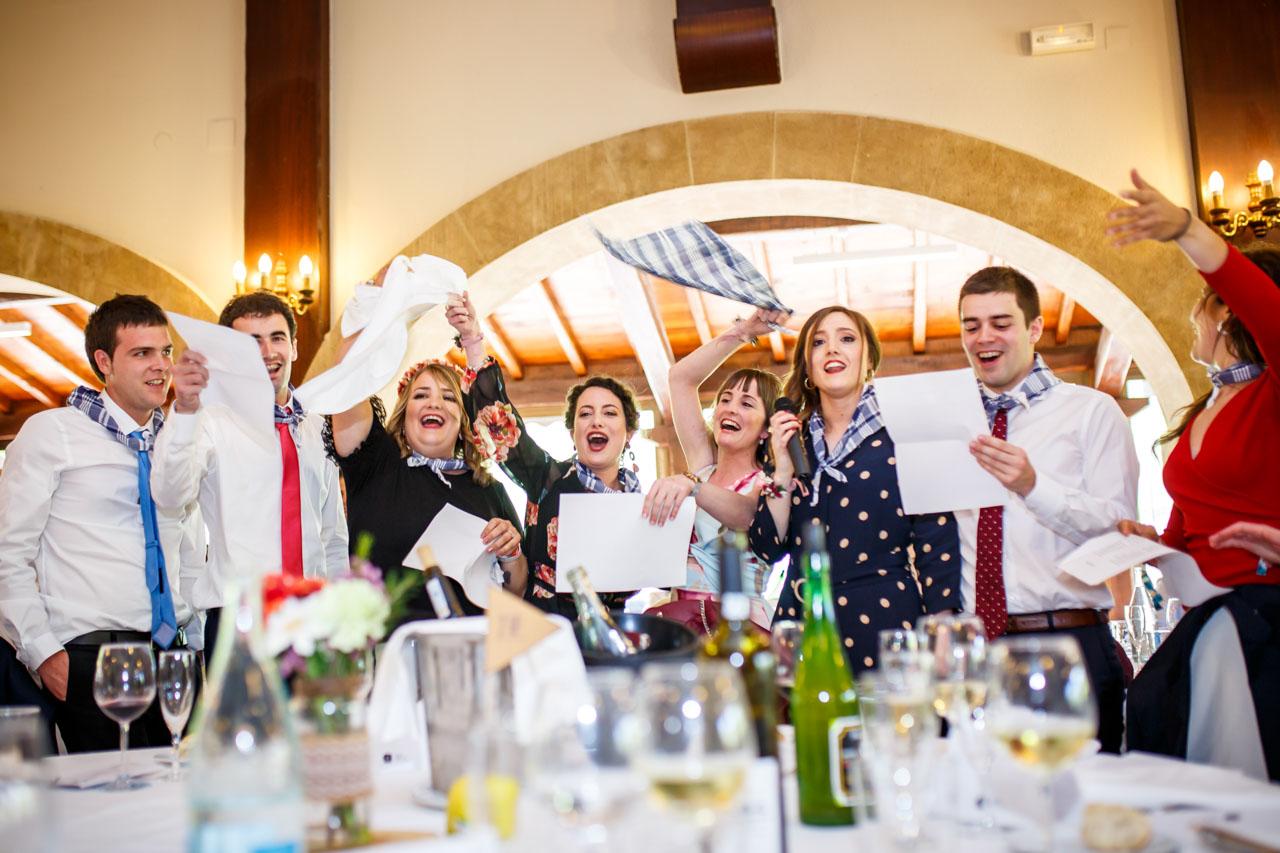 las amigas de la novia cantando en una boda en bekoerrota