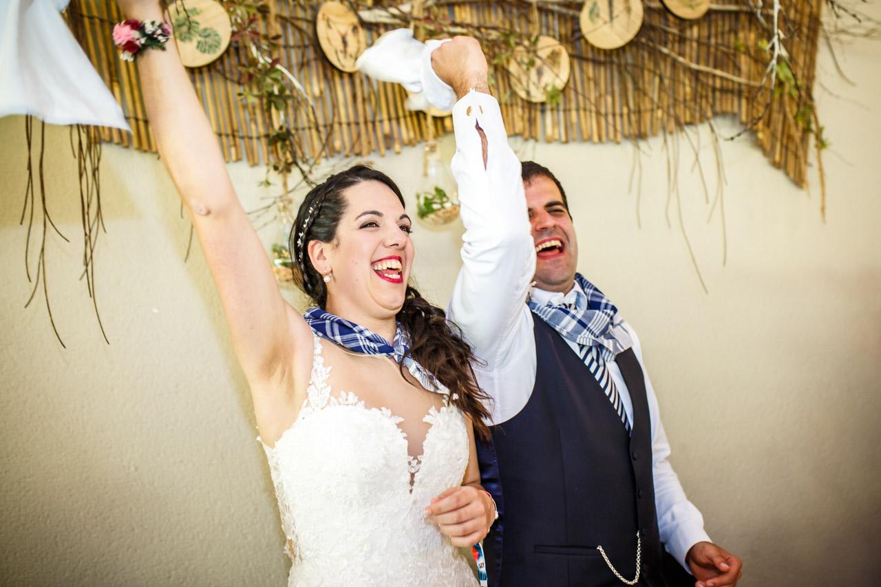 los novios mueven las servilletas a la entrada al restaurante en una boda en bekoerrota