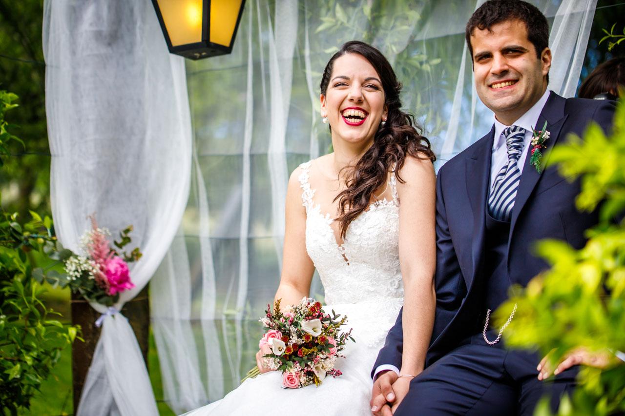 los novios sonríen durante la ceremonia en una boda en bekoerrota