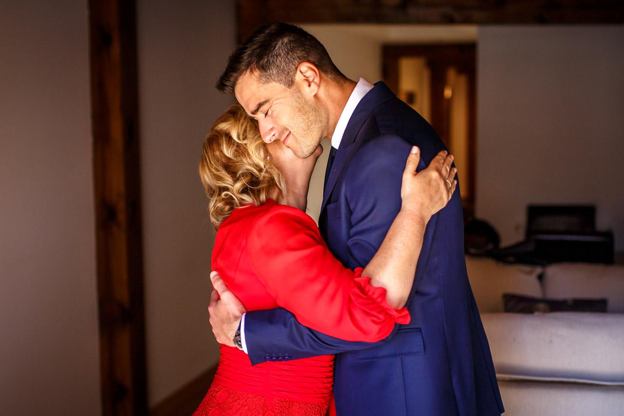 el novio se abraza y besa a su madre en los preparativos en una boda en soria