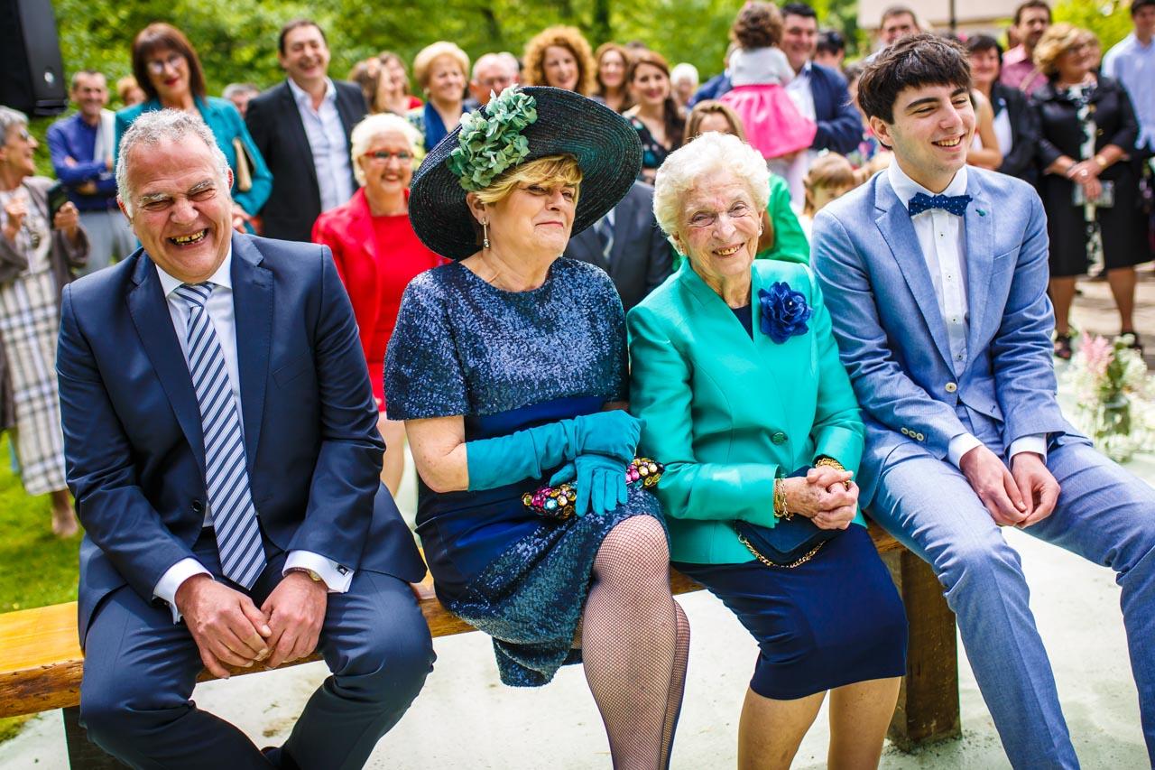 la familia del novio se ríe durante la ceremonia en una boda en bekoerrota