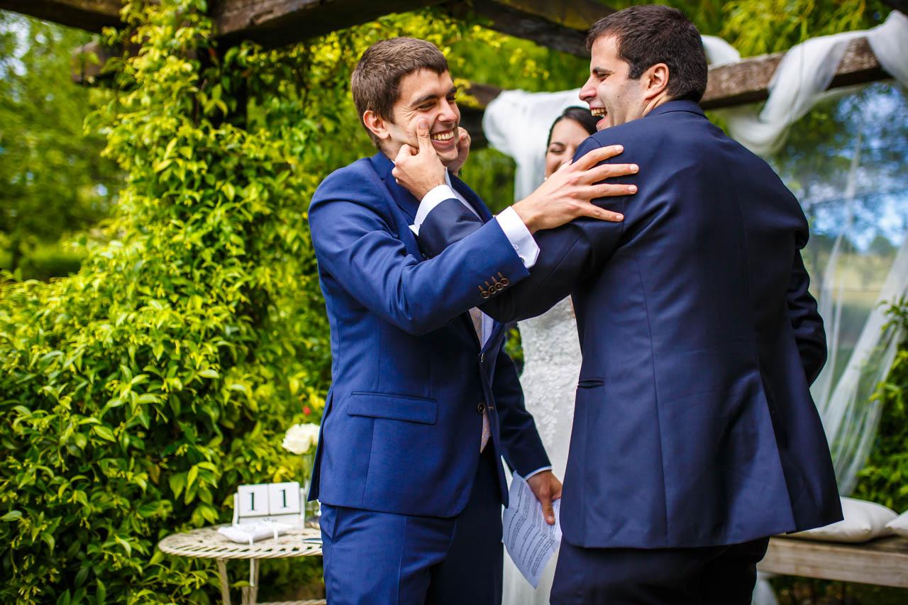 el novio se abraza con su hermano en una boda en bekoerrota
