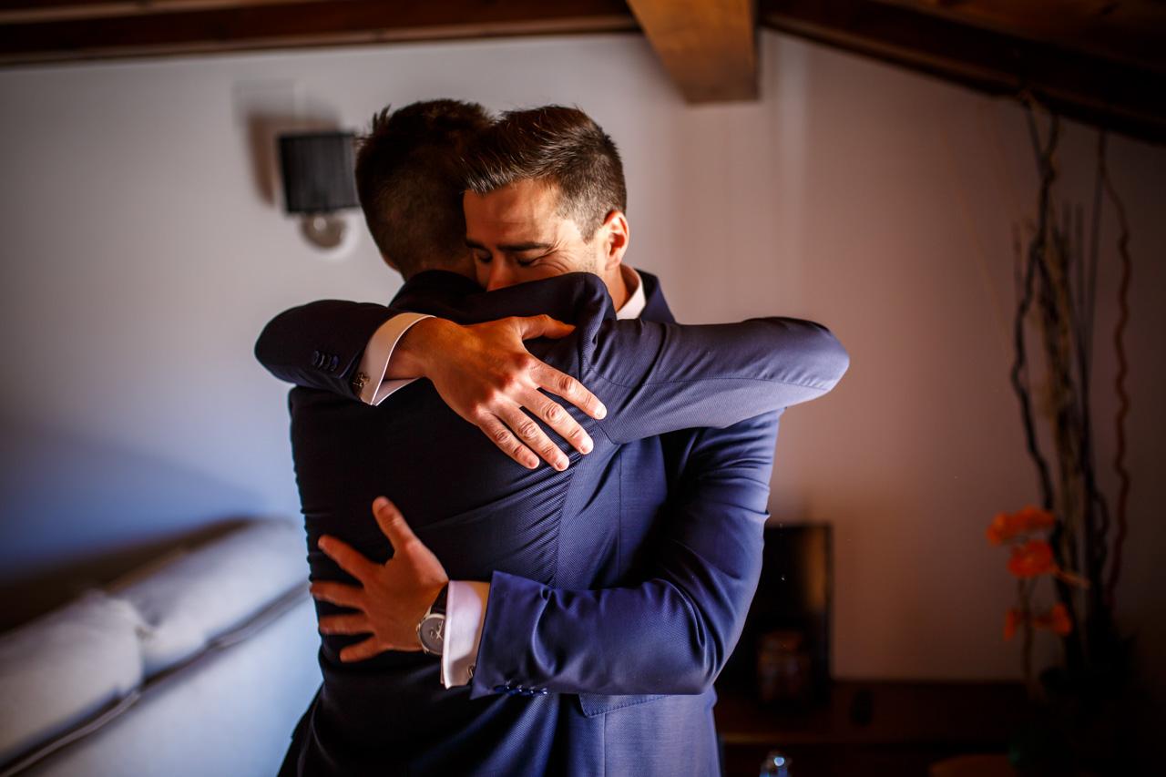 el novio abraza a su hermano en una boda en soria