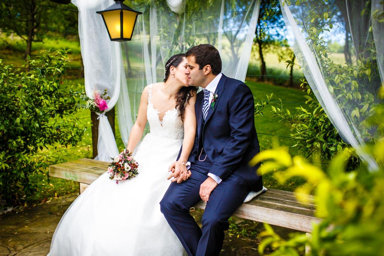 la novia besa al novio durante la ceremonia en una boda en bekoerrota