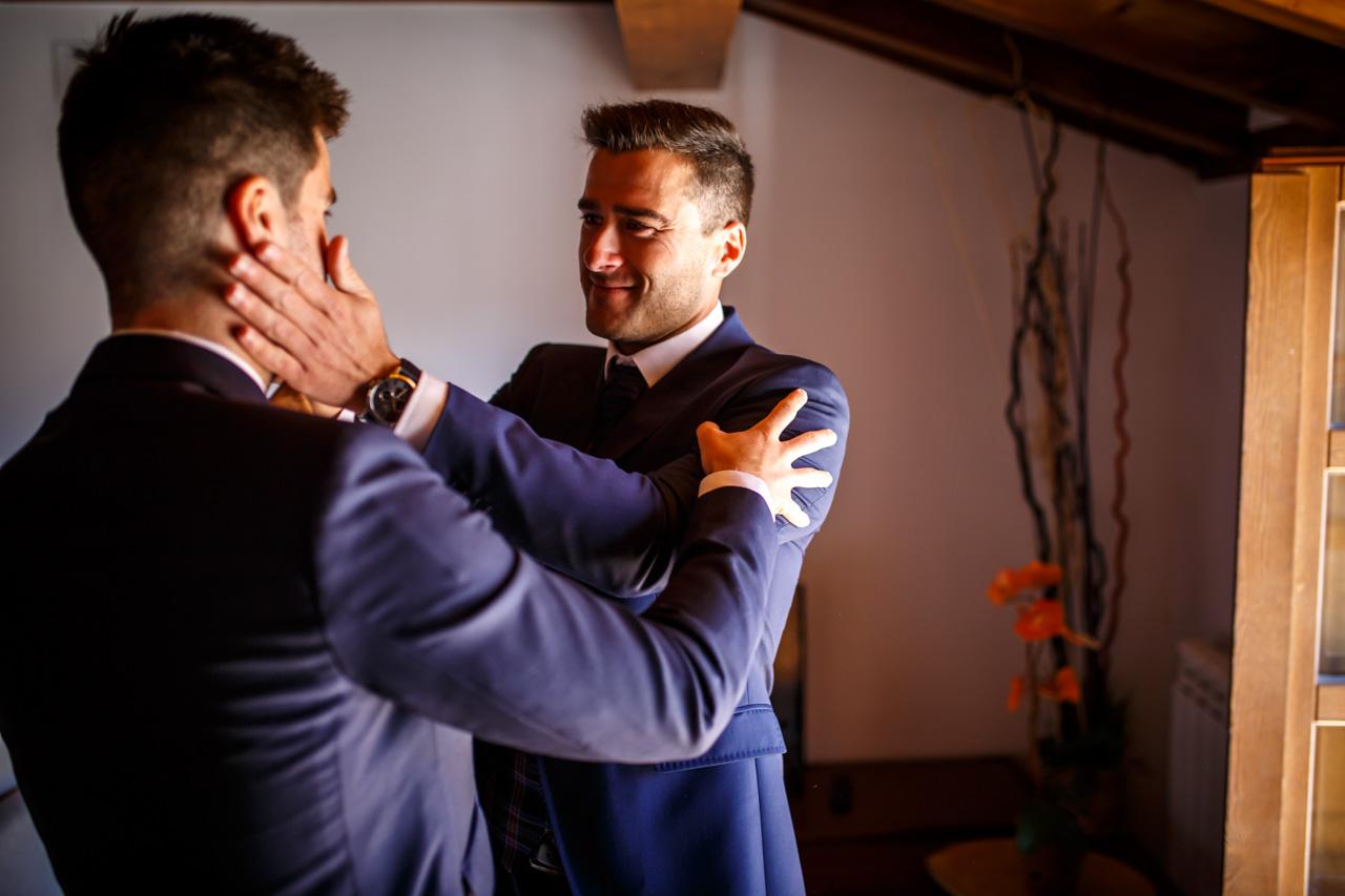 el novio se emociona con su hermano al vestirse los dos juntos en una boda en soria