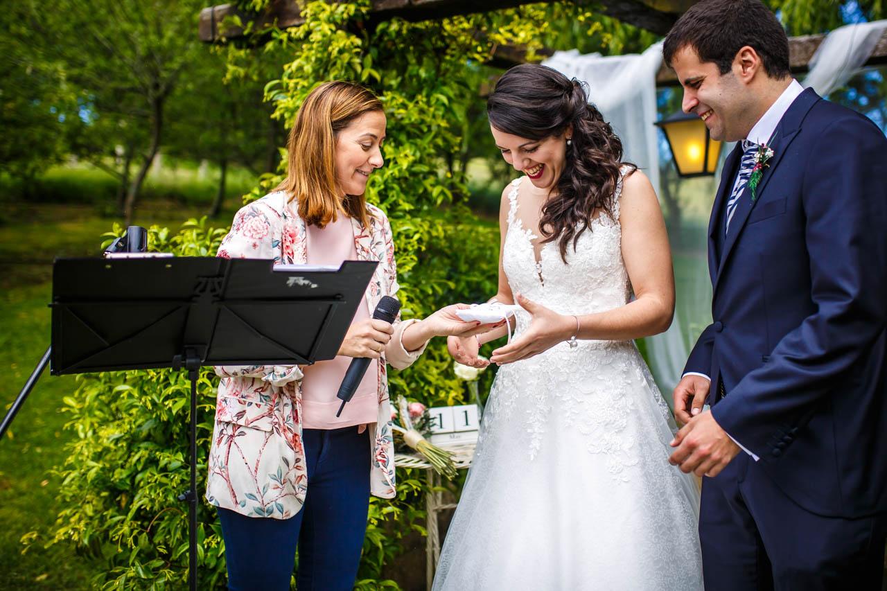 la novia recibe los anillos en una boda en bekoerrota
