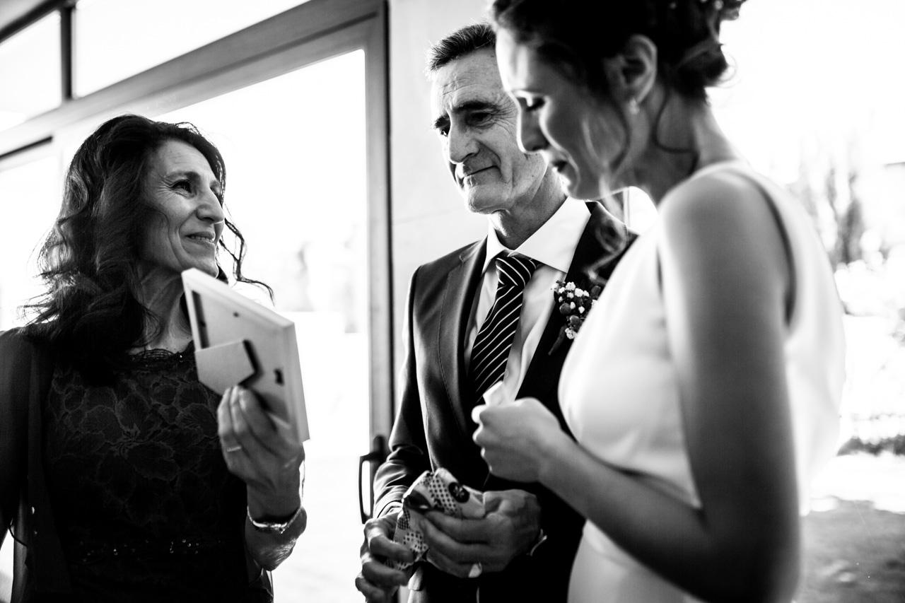 la novia emocionada al darle un regalo a su padre en una boda en soria
