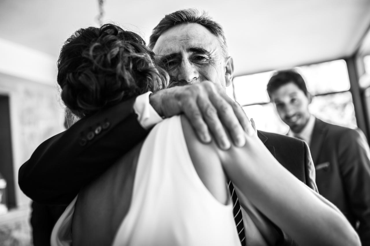 abrazo de la novia y su padre en los preparativos de la novia en una boda en soria