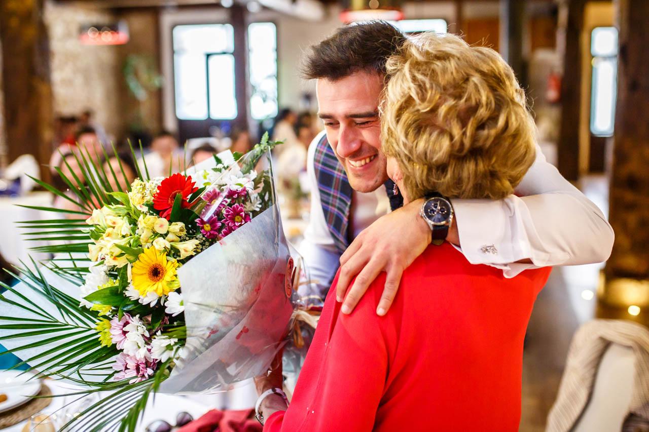 el novio abraza a su abuela al darle un ramo en una boda en soria