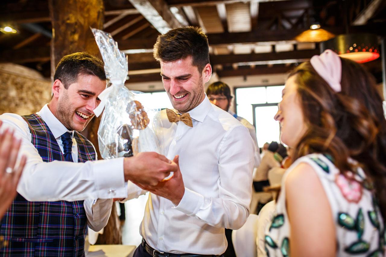 el novio entregando los muñecos de la tarta a su hermano en una boda en soria