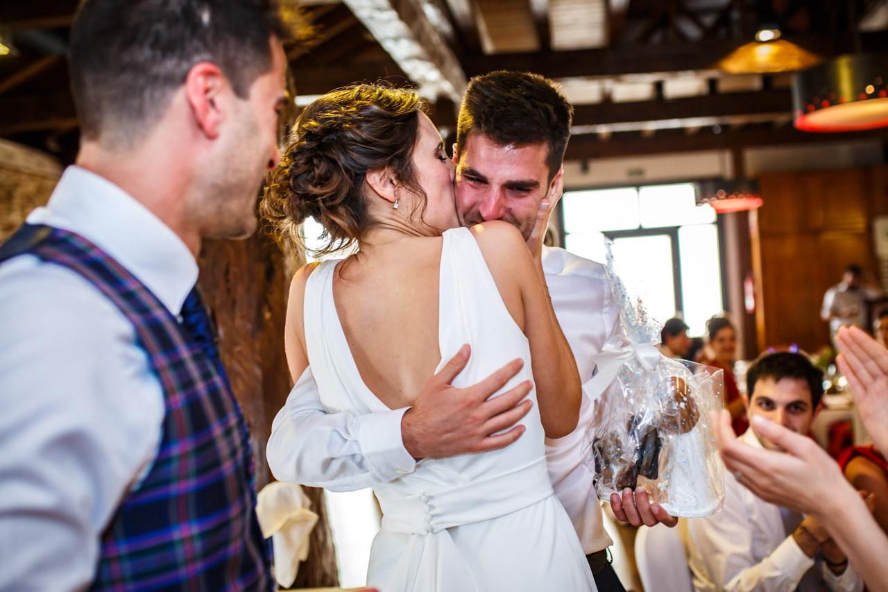 la novia besa a su cuñado mientras le dan los muñecos de la tarta en una boda en soria