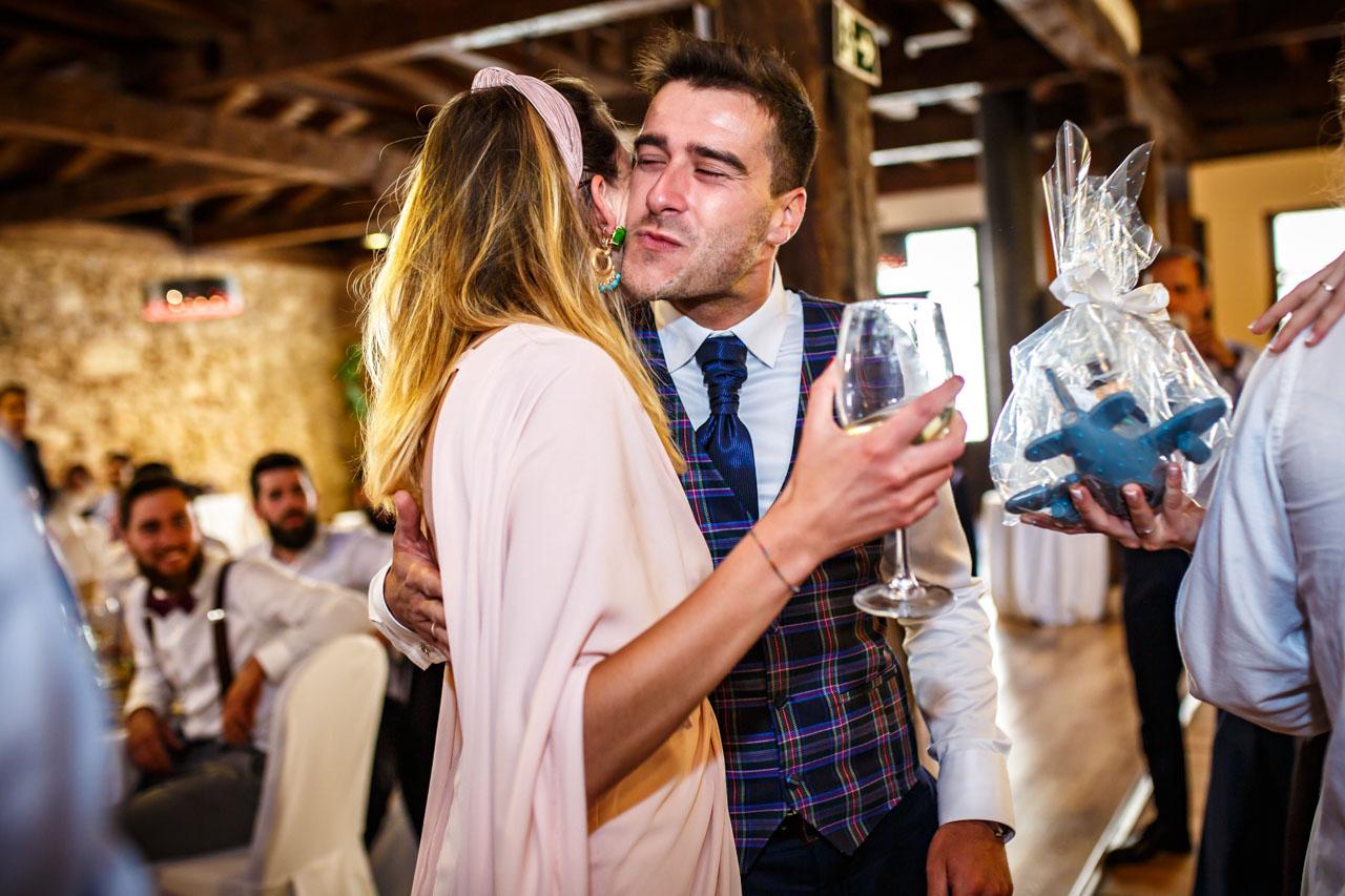 el novio besa a una amiga después de darles los muñecos de la tarta en una boda en soria