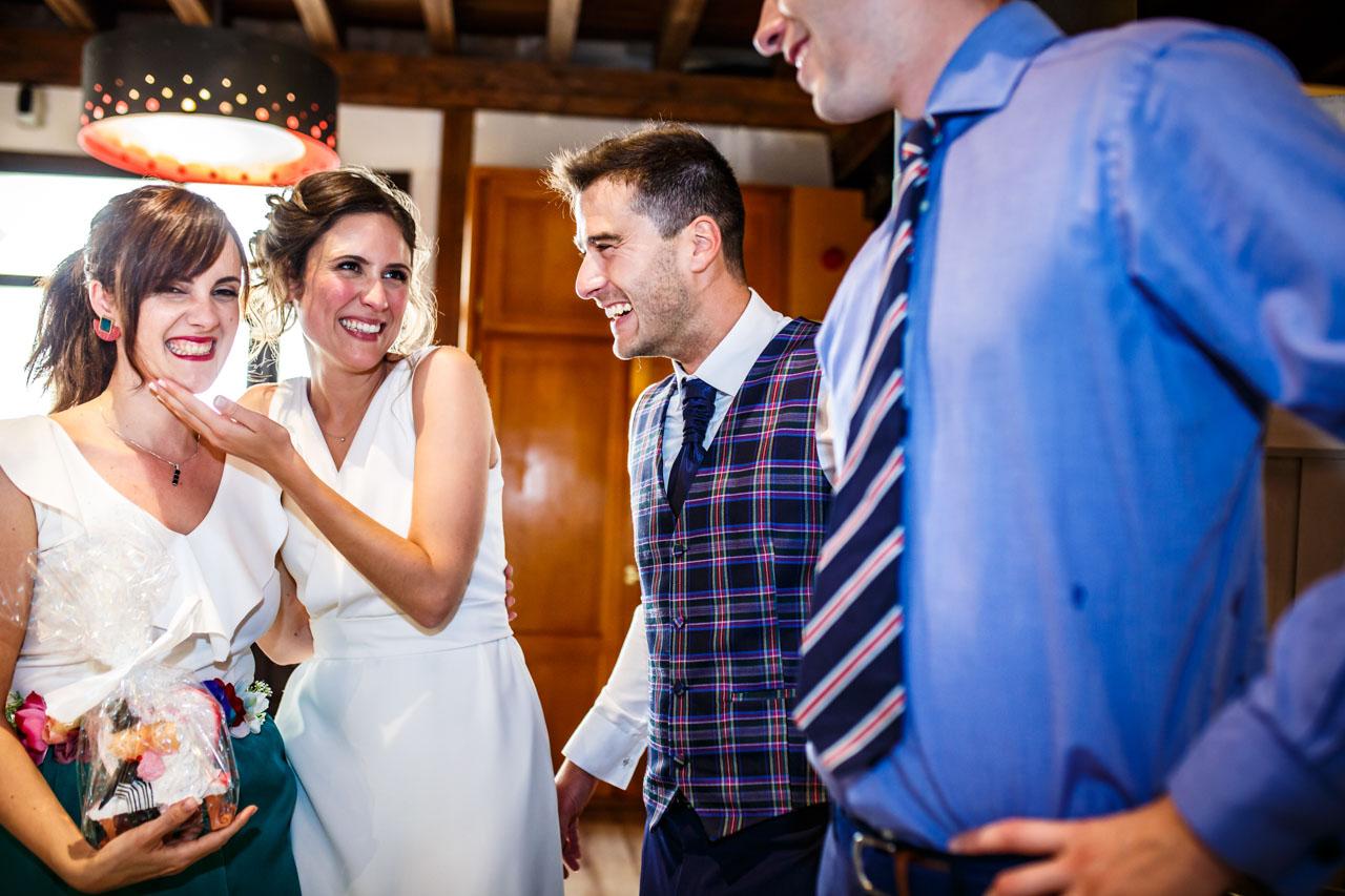 los novios dan unos muñecos de la tarta en una boda en soria