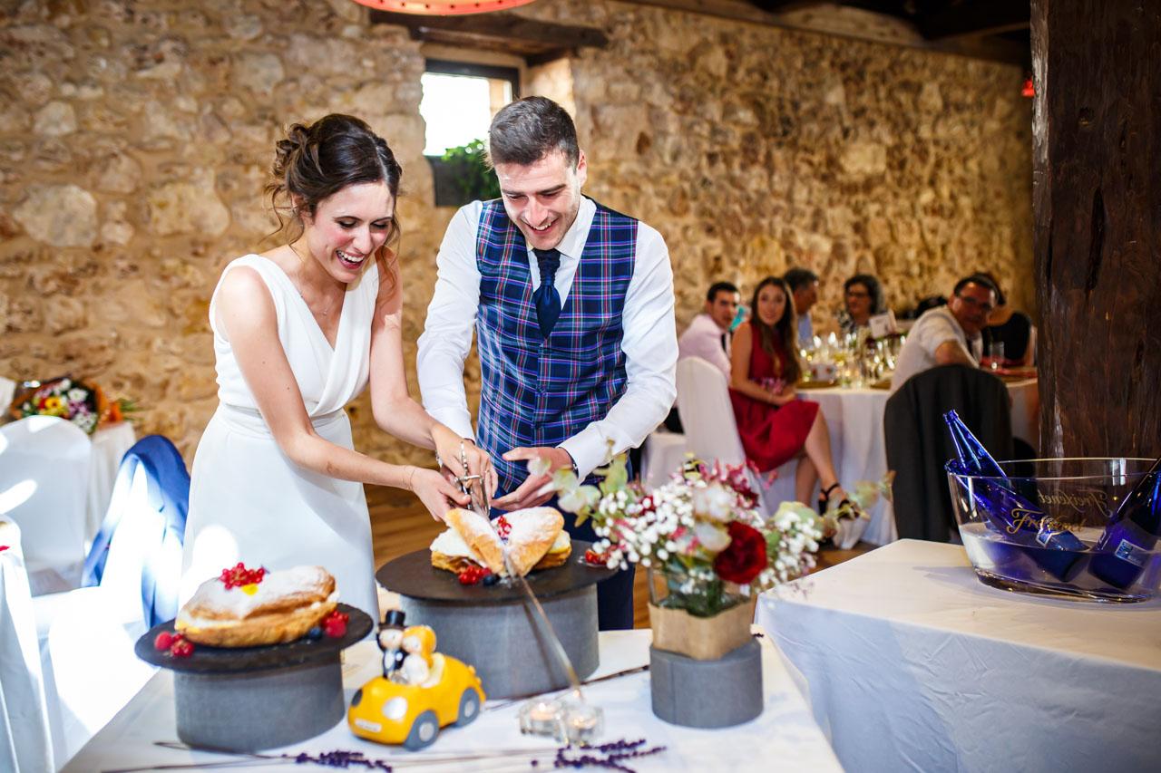 Los novios cortan la tarta en una boda en soria