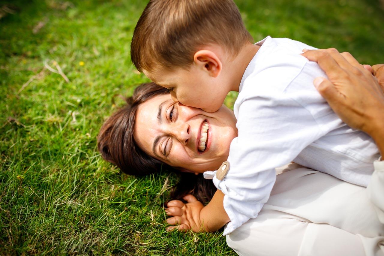 hijo besa a su madre tirada en el suelo