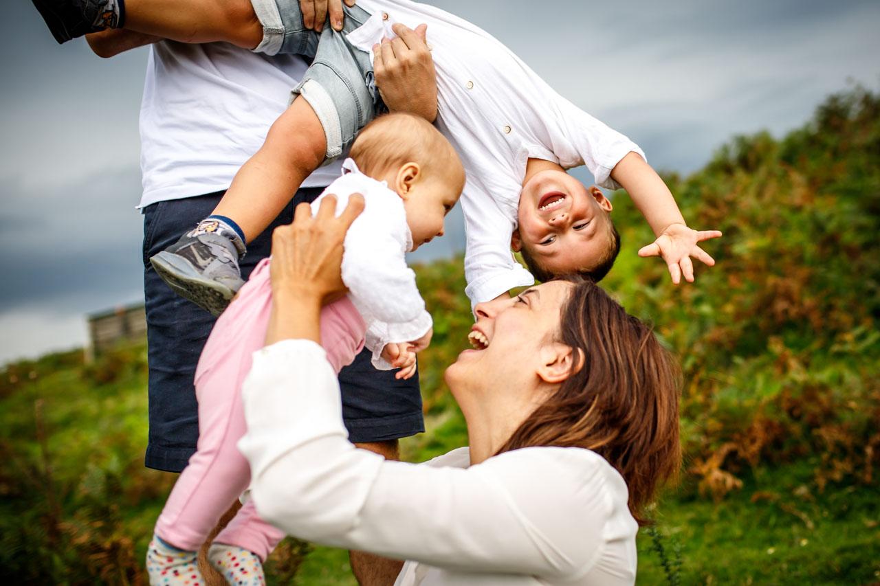 familia jugando y pasandoselo bien