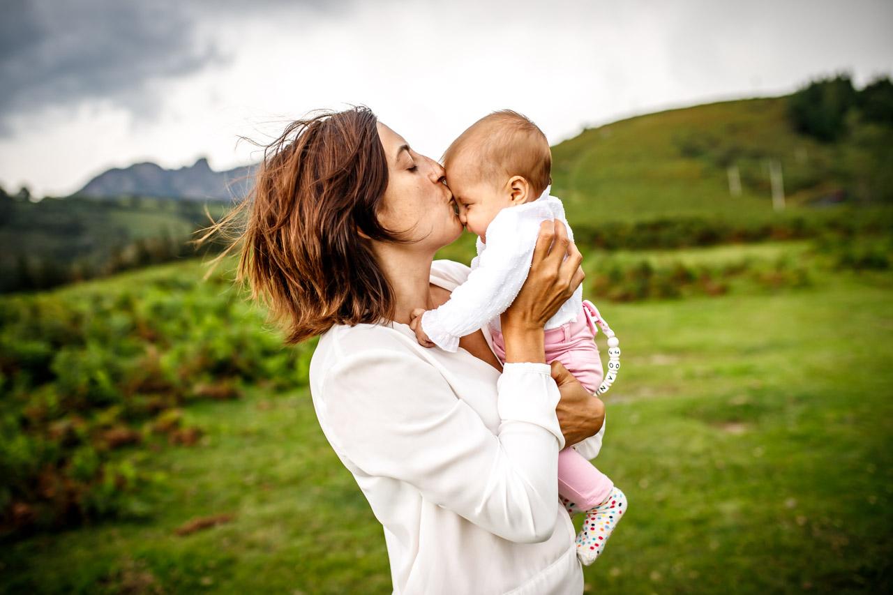 beso de una madre a su hijo