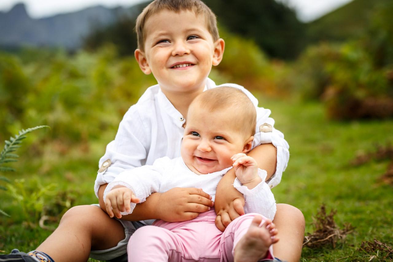 los dos hijos en el suelo retrato