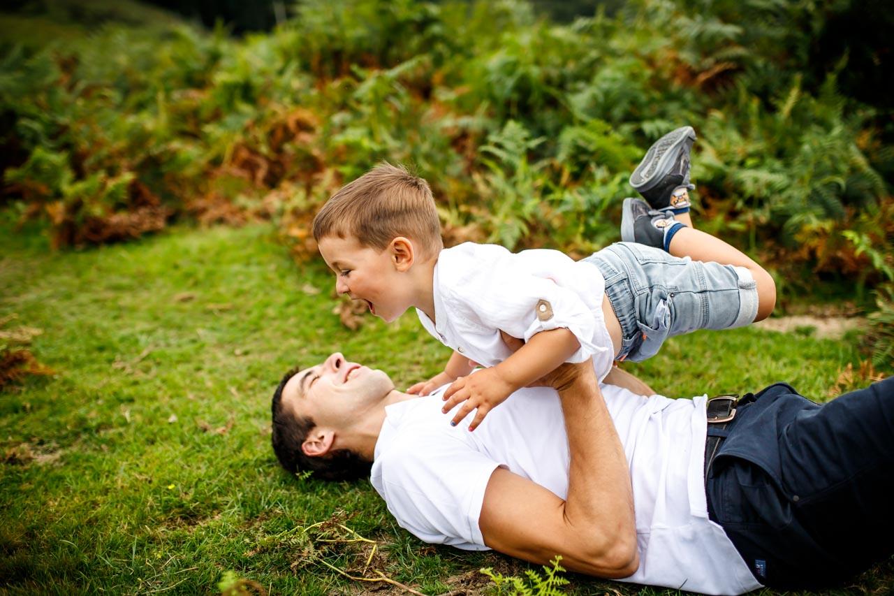 padre juega en el suelo con si hijo