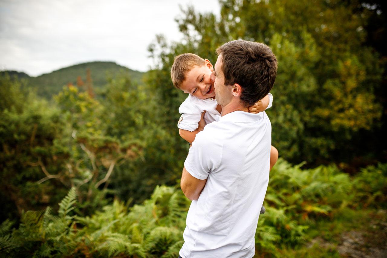 padre besa a su hijo