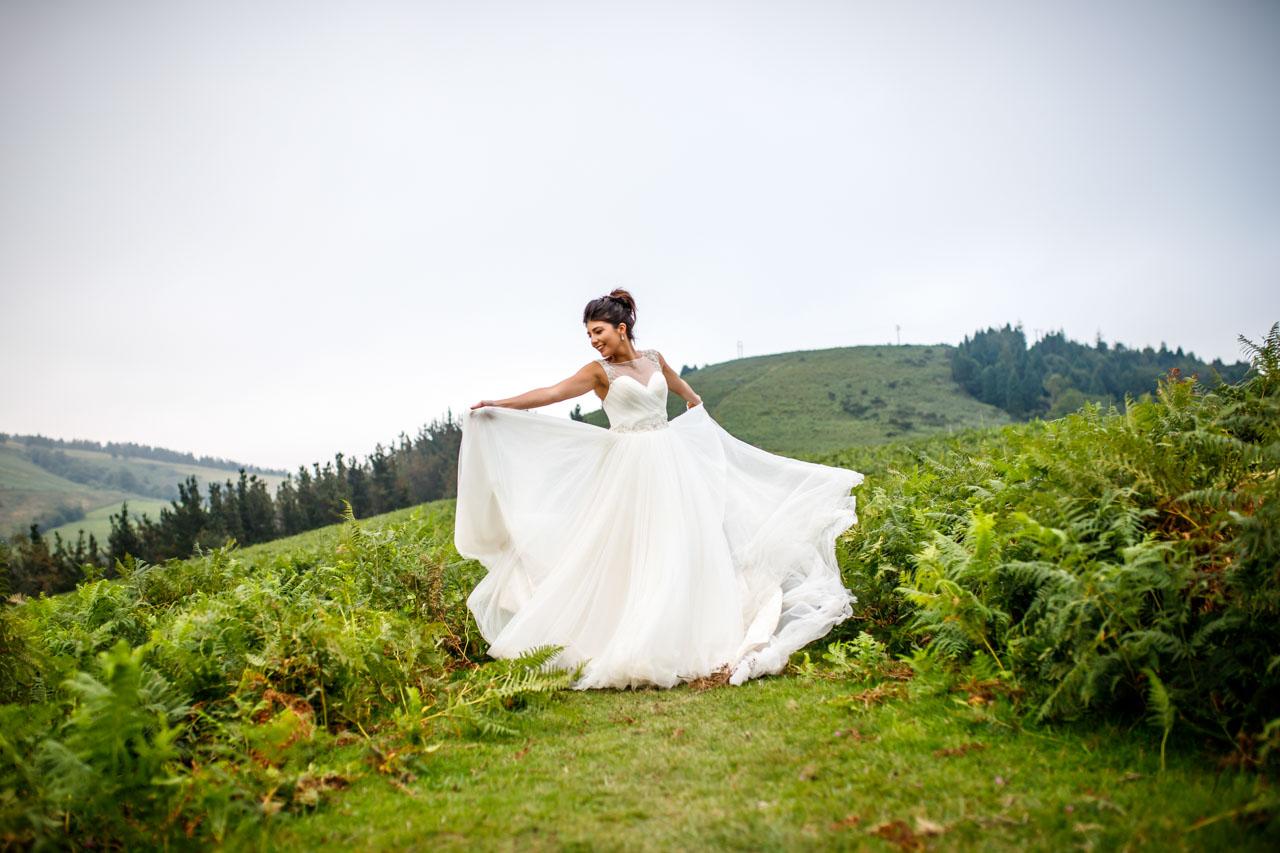La novia baila moviendo su falda en una postboda en peñas de aia