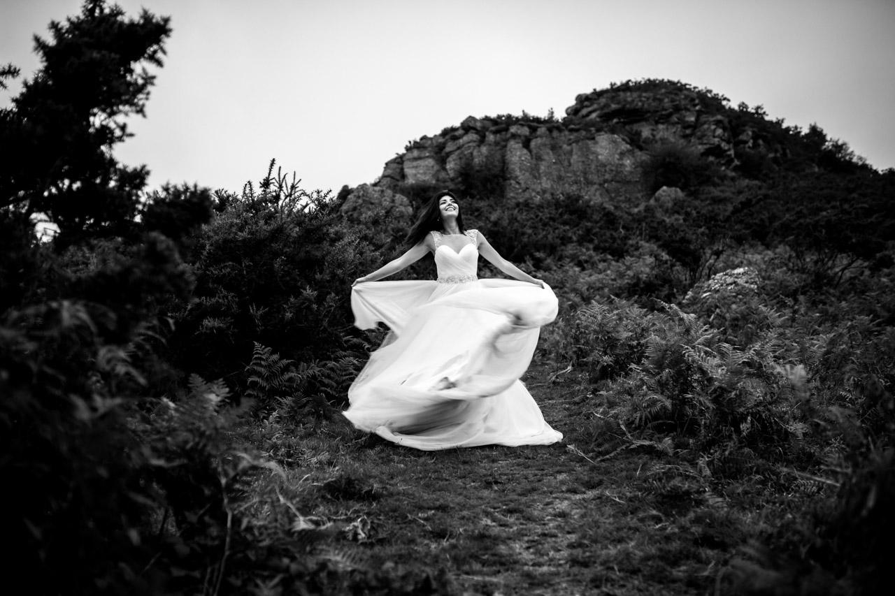 la novia da vueltas moviendo el vestido en una postboda en peñas de aia
