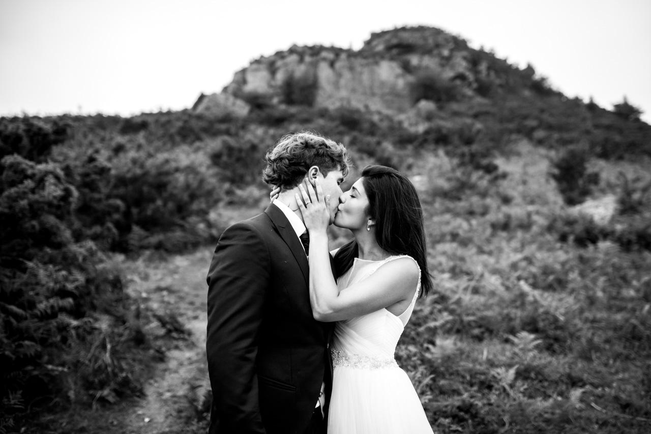 La novia besa al novio en una postboda en peñas de aia