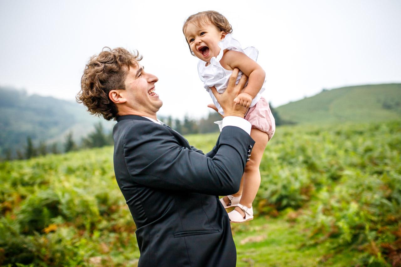 El novio juega con su hija en una postboda en peñas de aia