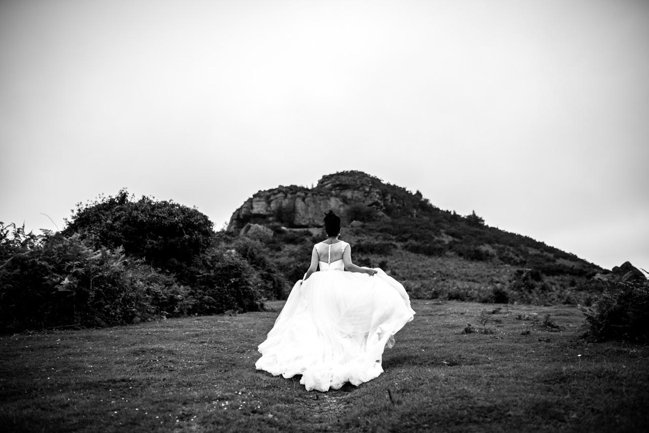 la novia pasea por una campa en una postboda en peñas de aia