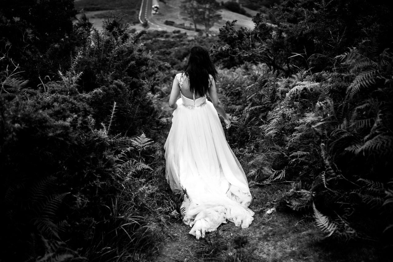 la novia andando entre los elechos en una postboda en peñas de aia