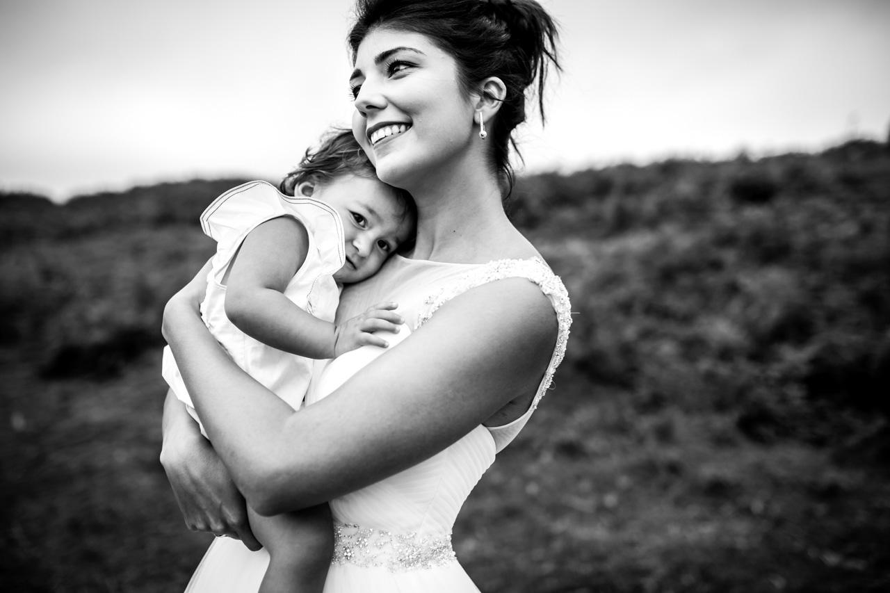 La novia abraza a su hija en una postboda en peñas de aia