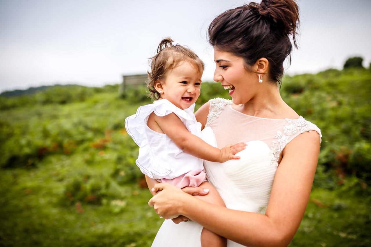 La novia sonríe con su hija en una postboda en peñas de aia